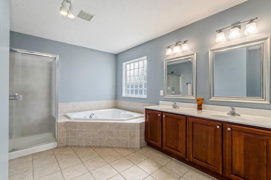 Dublin OH Home For Sale with spa bath